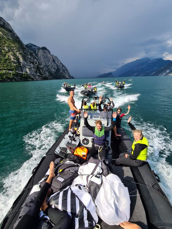 un principianto fa kitesurf sul Lago di Garda