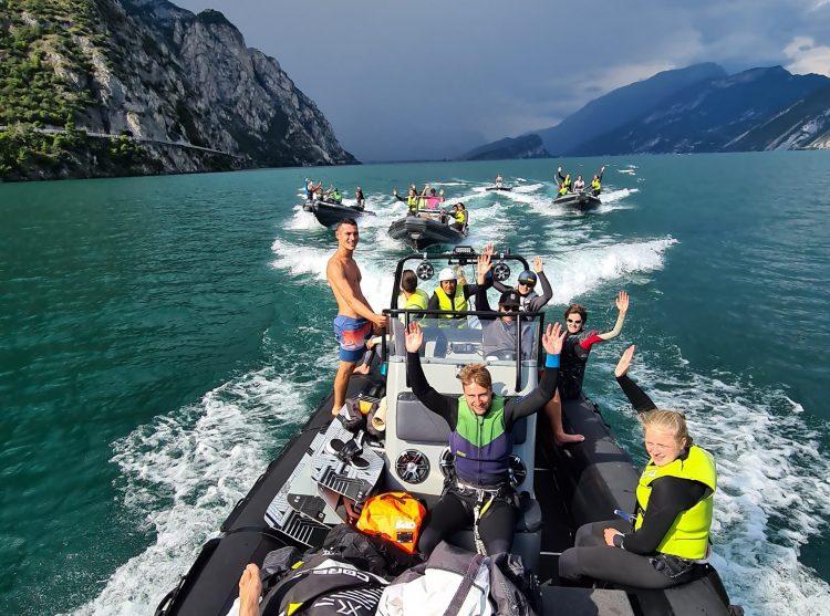 un principiante fa kitesurf sul Lago di Garda