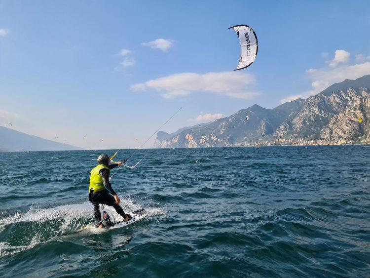 een beginnende kitesurf in actie op het Gardameer
