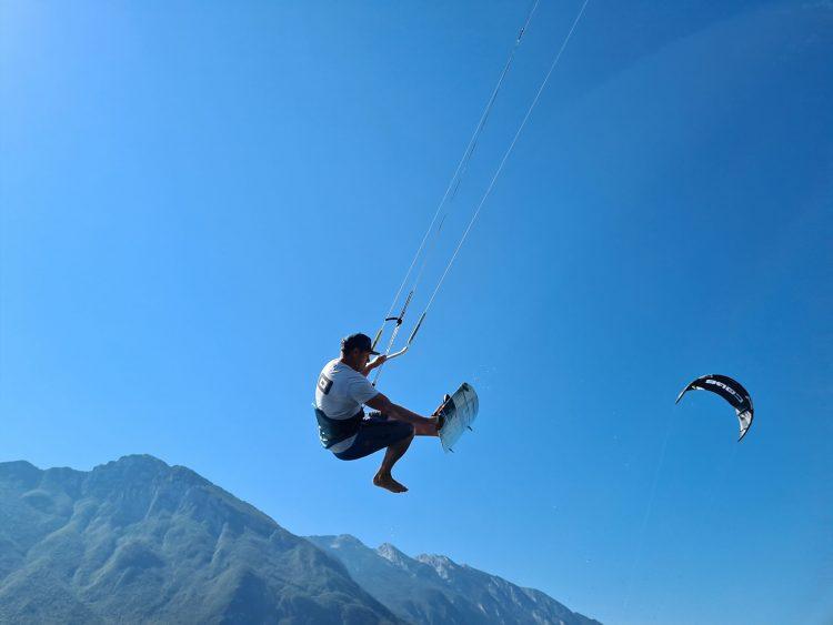 hoge kitesurf sprong met board off op het Gardameer